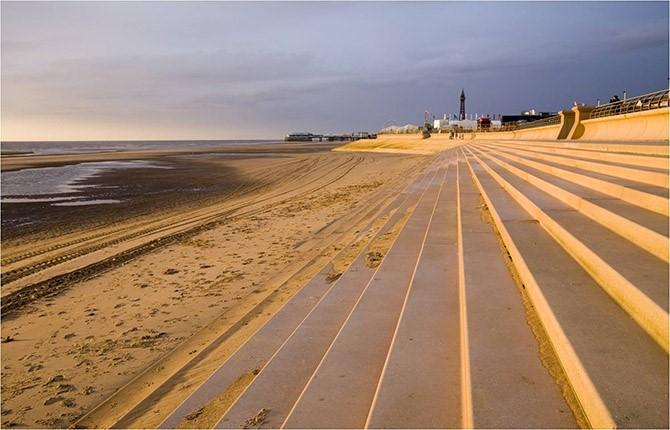 Marches en pente douce face à la mer, à Blackpool (UK) Source: Biomimesis.fr