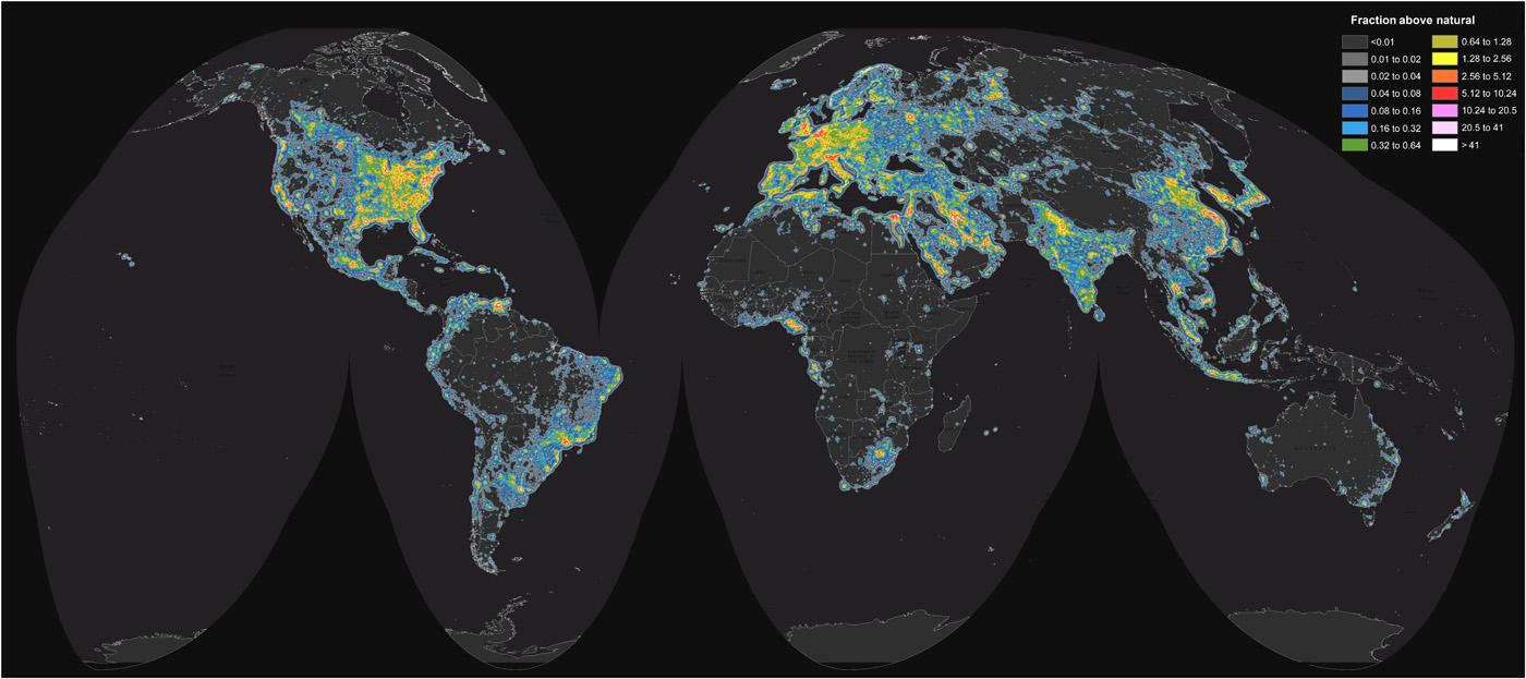 Carte mondiale de la luminosité artificielle du ciel (carte reprise d'un article de Falchi et al[6] sous licence CC BY-NC).